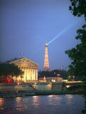 Assemblee Nationale et Tour Eiffel la nuit. Photographie stock libre de droits