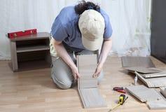 Assembleer houten meubilair, vrouw die zelfassemblage samenbrengen Royalty-vrije Stock Afbeeldingen