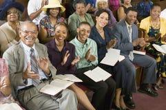 Assembleia que aplaude na igreja Imagem de Stock Royalty Free