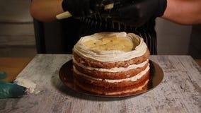Assembler le gâteau d'écrou-banane, recouvrement bourrant, le processus entier clips vidéos