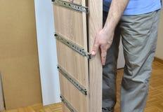 Assembler un nouveau meuble images stock