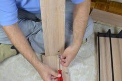 Assembler un tiroir avec un tournevis Photo libre de droits