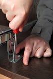 Assemblerend meubilair, die sli van de het spoorlade van het toetsenborddienblad installeren Royalty-vrije Stock Afbeeldingen