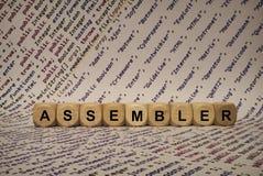 Assembleur - kubus met brieven en woorden van de computer, software, Internet-categorieën, houten kubussen stock foto