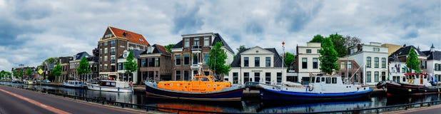 Assen kanalen en typische huizen holland Stock Foto's