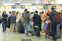 Assengers förväntas för att välja upp på flygplatsen Royaltyfri Foto
