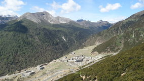 Assentamento da vila de Yading entre montanhas Imagens de Stock