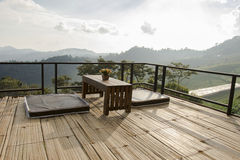 Assentamento negligenciando a montanha no bambu foto de stock royalty free