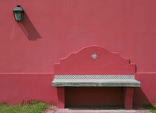 Assente o banco na parede exterior com luz Fotografia de Stock Royalty Free