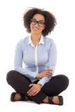 Assento afro-americano bonito feliz da mulher de negócio isolado Imagens de Stock