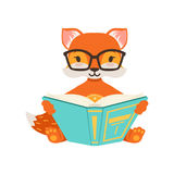 Assento alaranjado bonito e leitura do caráter da raposa um livro, ilustração de levantamento animal do vetor da floresta engraça Fotografia de Stock