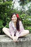 Assento asiático bonito da menina fotografia de stock royalty free