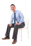Assento asiático do homem de negócio do corpo completo Fotografia de Stock