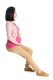 Assento asiático grávido da mulher da vista lateral imagens de stock