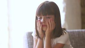 Assento assustado de grito abusado virado da sensação da criança apenas em casa video estoque
