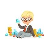 Assento bonito do homem de negócios do rapaz pequeno cercado por pilhas de moedas de ouro, diamantes e rubis, economias das crian Imagem de Stock