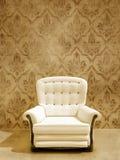 Assento branco na parede do damasque Fotografia de Stock Royalty Free