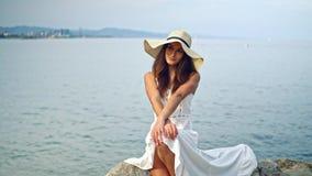 Assento branco vestindo do chapéu do vestido e da Pamela da mulher bonita filme