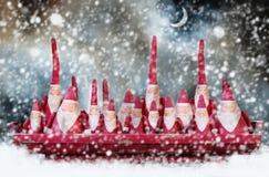 Assento da família do ` s de Santa na bandeja vermelha do metal da malha no céu noturno com fundo da lua fotografia de stock royalty free