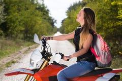 Assento da jovem mulher na motocicleta imagem de stock royalty free