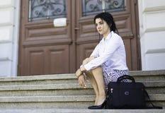 Assento da mulher de negócio das escadas Imagem de Stock Royalty Free