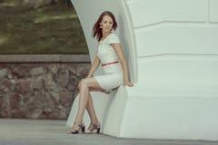 Assento da mulher e embaraçado bonitos Fotos de Stock Royalty Free