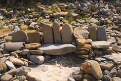 Assento da pilha da rocha no penhasco da praia Fotografia de Stock Royalty Free