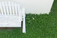 Assento de banco de madeira no jardim home Imagens de Stock Royalty Free