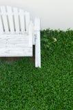 Assento de banco de madeira no jardim home Imagens de Stock