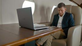Assento de conversa do empresário na poltrona confortável nos aviões filme