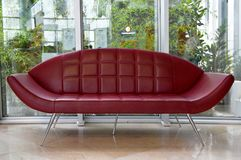 Assento de couro vermelho incomum imagens de stock royalty free