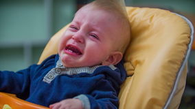 Assento de grito do bebê na cadeira comer vídeos de arquivo