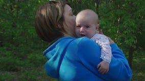 Assento de grito do bebê pequeno nas mãos da avó filme
