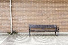 Assento de madeira na cidade imagem de stock