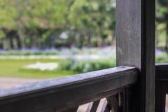 Assento de madeira velho no jardim imagem de stock