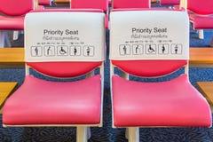 Assento de prioridade para a pessoa especial imagens de stock