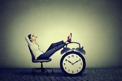 Assento de relaxamento da mulher de negócio no escritório Conceito da gestão de tempo livre do esforço