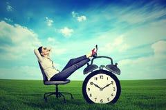 Assento de relaxamento do executivo empresarial da mulher de negócio em uma cadeira no ar livre fora imagens de stock