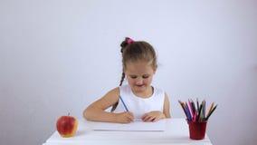 Assento de riso da menina pré-escolar em uma mesa vídeos de arquivo