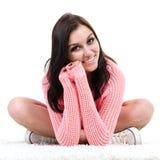 Assento de sorriso da jovem mulher da aptidão fotografia de stock royalty free