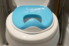 Assento de urinol da criança no toalete foto de stock royalty free