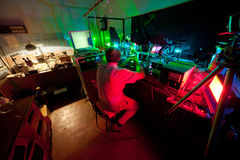 Assento do cientista na cadeira e pesquisa em seu laboratório Fotografia de Stock