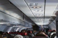 Assento do passageiro, interior do avião com os passageiros que sentam-se em assentos fotos de stock royalty free