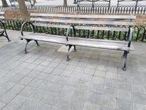 Assento dobro de madeira de banco de parque fotografia de stock