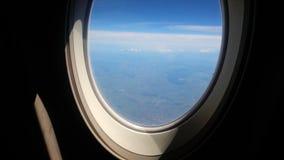 Assento e janela do avião dentro de um avião vídeos de arquivo