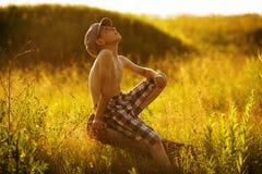 Assento e sonhos felizes do menino Foto de Stock Royalty Free