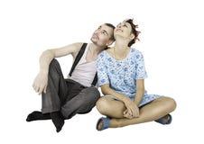 Assento engraçado do homem e da mulher dos pares da família isolado foto de stock royalty free