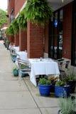 Assento exterior para que os jantares apreciem o ar fresco ao relaxar, peixes no restaurante de 30 lagos, Saratoga, New York, 201 fotografia de stock
