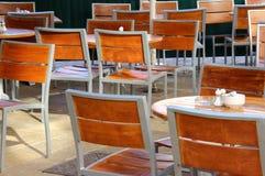 Assento exterior vazio em um café Fotografia de Stock