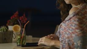 Assento fêmea ansioso no restaurante sozinho, verificando o telefone, data de espera vídeos de arquivo